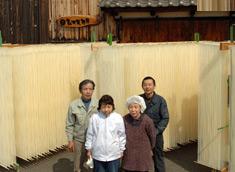玉井製麺所のみなさん。右上が四代目おもし(素麺師)玉井勝徳さん