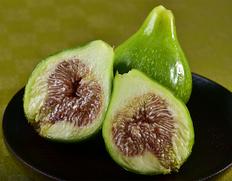 緑色の皮はそのまま食べられるほど極薄
